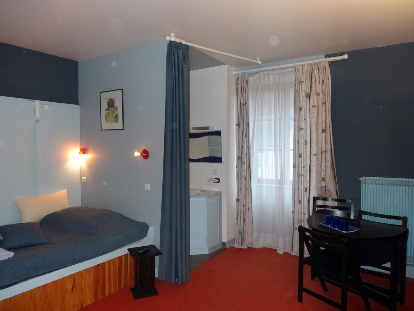 #792815 La Boissière Hôtel D'Hôtes Chambres 2357 petite chambre bleue 1333x1000 px @ aertt.com